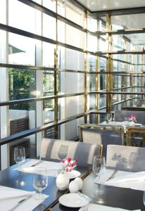 A restaurant or other place to eat at Tamani Marina Hotel & Apartments