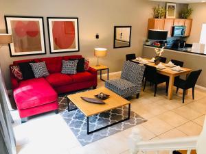 Uma área de estar em A Beautiful, 2 Bedroom Villa, close to Disney