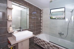 Ένα μπάνιο στο Sunset Apartments