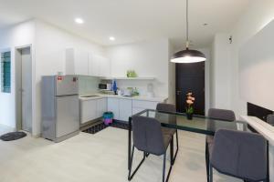 A kitchen or kitchenette at Straits Garden Suites, Georgetown