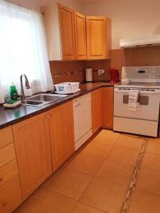 A kitchen or kitchenette at Cozy 3 bedroom minutes to the falls