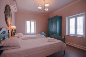 Een bed of bedden in een kamer bij The Durrell White House