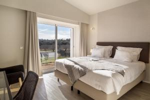 A bed or beds in a room at Pestana Gramacho Residences