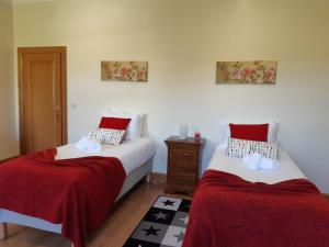 A bed or beds in a room at Quinta do Salgueiral