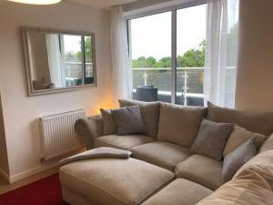 A seating area at Huge Penthouse 2 bed, 2 bathroom apartment / 5 mins to Gatwick Airport