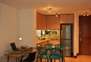 Un restaurante o sitio para comer en Sunset Apartments