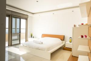 A bed or beds in a room at Luxury Penthouse Marina