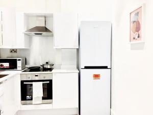 A kitchen or kitchenette at Harrow Apartments