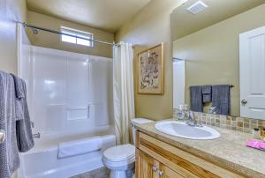 A bathroom at Lakeview Villa #510
