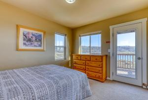 A bed or beds in a room at Lakeview Villa #511