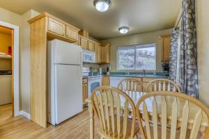 A kitchen or kitchenette at Lakeview Villa #803