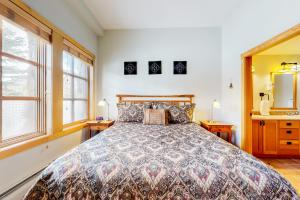 A bed or beds in a room at 2 Bed 2 Bath Apartment in Copper Mountain