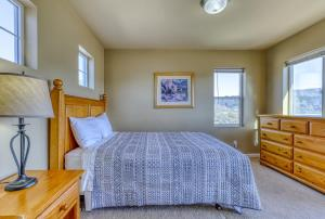 A bed or beds in a room at Lakeview Villa #510