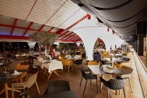 A restaurant or other place to eat at Les Dunes Suites