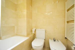 A bathroom at Architect