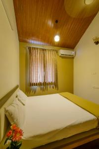A bed or beds in a room at Lake View Holiday Villa Near Sula Wine Yard With 3 BdRms