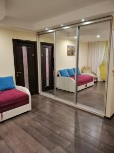 Зона вітальні в 2-х комнатная Мед-Городок, НАУ, Исида, Донца 27 первый этаж.
