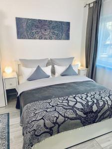 A bed or beds in a room at Im kleinen Stil ll