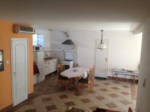 Kuchyň nebo kuchyňský kout v ubytování Csendes Apartman