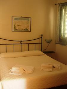 A bed or beds in a room at La Plaza Residence Levanzo