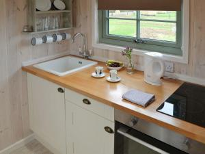 A bathroom at Hut 4-UK11306