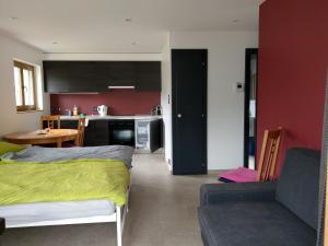 A seating area at Studio de vacances