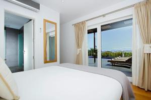 Een bed of bedden in een kamer bij Villas Hoopoe Lanzarote Playa Blanca - ACE03058-OYB