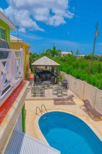 Vue sur la piscine de l'établissement Best E Villas Prospect ou sur une piscine à proximité