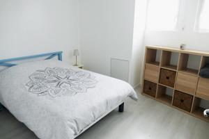 Un pat sau paturi într-o cameră la Bel appartement dans maison au bourg