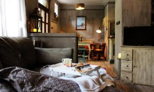 A seating area at Old Town VINTAGE Apartman