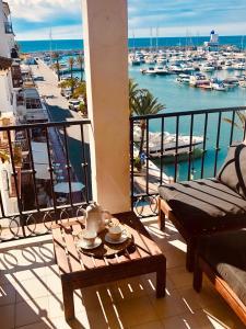 Un balcón o terraza de Villa La Palmerale Puerto de la Duquesa