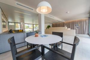 A restaurant or other place to eat at Atenea Park Suites & Apartments