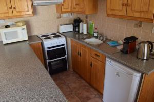 A kitchen or kitchenette at An Crugan Cottage