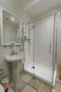 A bathroom at Riverside Apartment