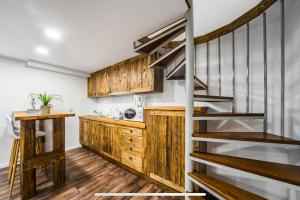 A kitchen or kitchenette at Old King Residence