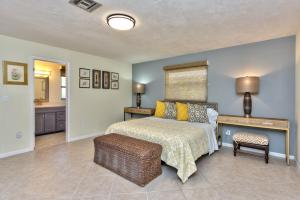 A bed or beds in a room at Avanti Vacation Rental
