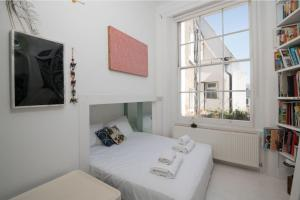 A bed or beds in a room at Luxurious Paddington Home by Hyde Park