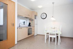 A kitchen or kitchenette at Cosy Apartments