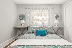 A bed or beds in a room at Amazing Midtown Location by Piedmont Park