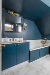 A bathroom at Leinster Square III by onefinestay