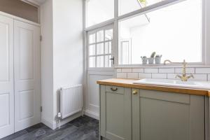 A kitchen or kitchenette at Leinster Square III by onefinestay