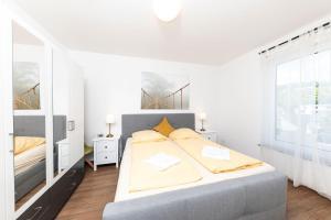 Een bed of bedden in een kamer bij Bedas - Residenz an den Kaiserthermen