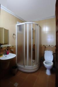 A bathroom at Jalal Vip Apart Hotel