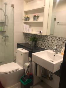 A bathroom at Diamond Sukhumvit by KS