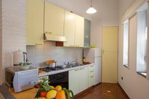 A kitchen or kitchenette at Casa vacanza Thalia
