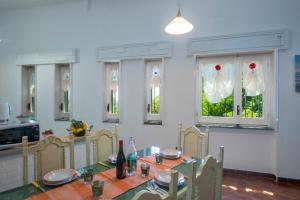 A restaurant or other place to eat at Casa vacanza Thalia