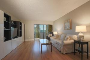 A seating area at Lido Key 12 Condo