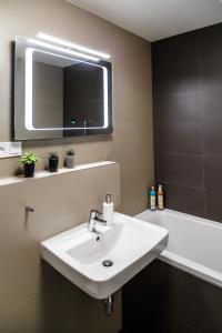 Kúpeľňa v ubytovaní The Town Hall Residence -Welcome Home Apartment -free parking -A/C
