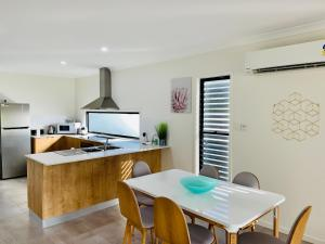 A kitchen or kitchenette at WHITSUNDAY brand new townhouse close to boardwalk