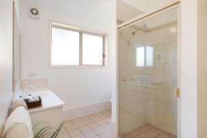 A bathroom at Black Dolphin Resort Motel & Apartments
